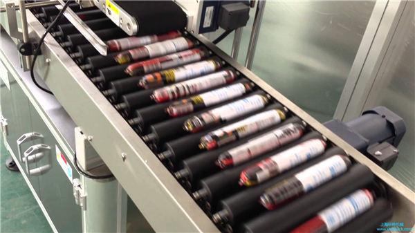Automatska mašina za etiketiranje kobasica sa ulagačem